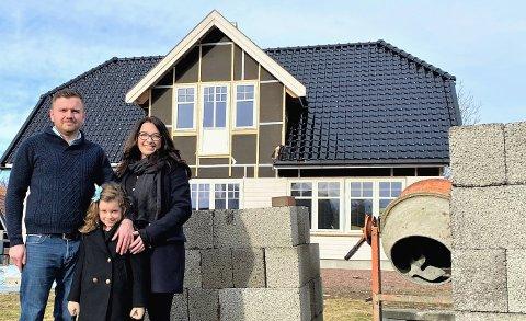 Konrad, Pola og Aga Rup foran huset de bygger på Hvasser.