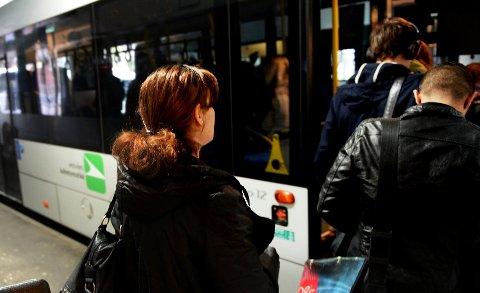 Bussen stopper og starter like utenfor huset til familien som har skrevet brev til kommunen om saken.