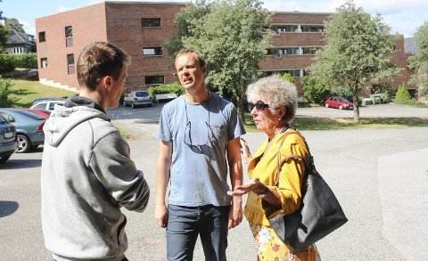 Verbal fight: Det oppsto en verbal duell ved utgangen av Maristien tirsdag formiddag. Fra venstre Øvre Frednes-eier Marius Erlandsen, KrFs Anders Rambekk og Høyres Ellen Ditlefsen.