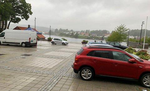 PARKERINGSPLASS: Rådhusplassen blir parkeringsplass i 14 dager grunnet veiarbeid ved innkjøringen til biblioteket.