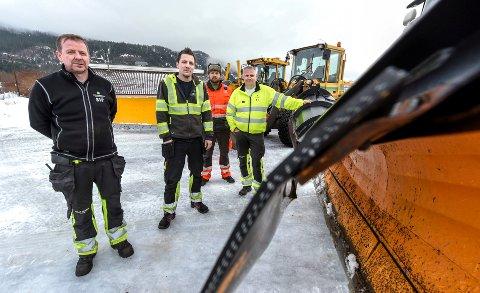Fra venstre: Stein-Idar Pettersen,  Kim-Petter Fagervik, Robin Pettersen og Stig Engelsjord gjør sitt beste for å rydde snø i ranas gater. Men det er flere faktorer som gjør det til en utfordernde jobb.