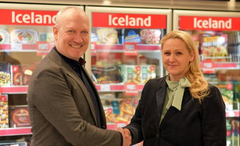 Administrerende direktør i Iceland, Geir Olav Opheim, og markedsdirektør i Circle K, Ann Helen Våge, etter at avtalen var i boks. Foto: Iceland Mat