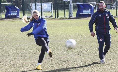 TRENER: Lisa-Marie Karlseng Utland og Reading FCs damelag trener som vanlig de neste 14 dagene. Men seriekampene er avlyst fram til 3. april i første omgang. Foto: Trond Isaksen