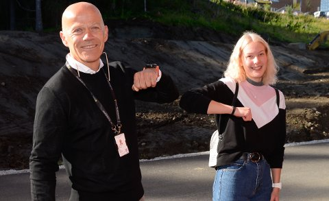 Rektor Thomas Skonseng albuehilser på førsteklassing Ida Therese Hagen i forkant av skoleåpningen ved Polarsirkelen videregående skole.