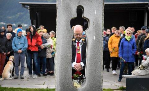 Ordfører Geir Waage la ned krans og blomster ved Nico Widerbergs minnestøtte under ti års markeringen for terroranslaget 22. juli. – Du har ikke lov å stå der å glemme, siterte Waage fra Arnulf Øverlands dikt «Du må ikke sove».