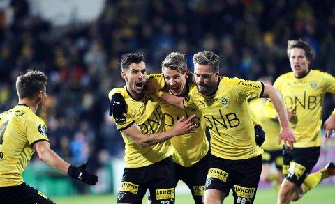 Thomas Lehne Olsen (i midten) og Lillestrøm-spillerne jubler etter mål og at eliteseriekontrakten ble fornyet lørdag kveld. Foto: Geir Olsen / NTB scanpix