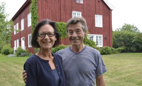 Stor endring: Bjørn Willy og Unni Otterstad selger Turistvegen 19 og 21, Smestad gard, for å kjøpe seg båt. Nå er vi klare for nye utfordringer, men det er selvsagt litt vemodig.Foto: Jeanette Sandbæk Håland