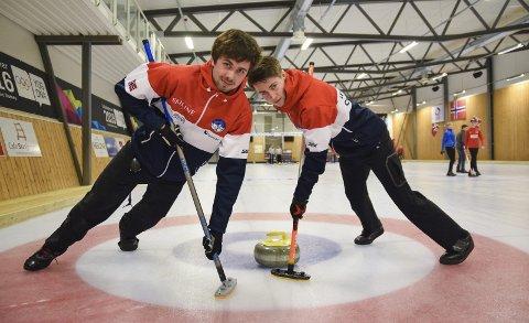 VIL BLI BEST: Modølene Ådne Birketveit og skip Mathias Brænden ved Team Brænden tok bronse i curling-NM for herrer, til tross for at de spiller som juniorlag. Nå vil de kjempe for å bli Norges beste curlinglag. – Neste år skal vi til junior-VM! sier Birketveit.         FOTO: HELENE MARIE S. PAALSRUD