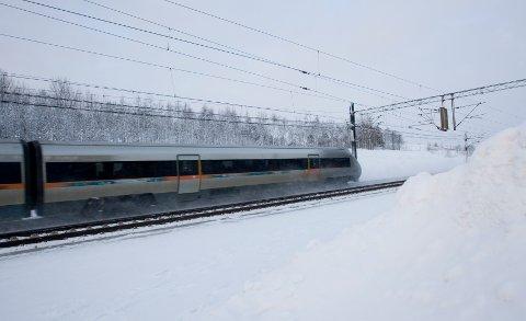 Toget suser og togselskapet lover å få folk hjem i jula. Men alle må bestille tidlig, for på de lange strekningene kjøres det med halv kapasitet på grunn av smitteverntiltakene.