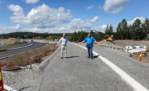 For bred: Seks meter med gang- og sykkelveg er unødvendig prioritering. F. v: Tor Andre Johnsen og Lars Svendstad i FrP.