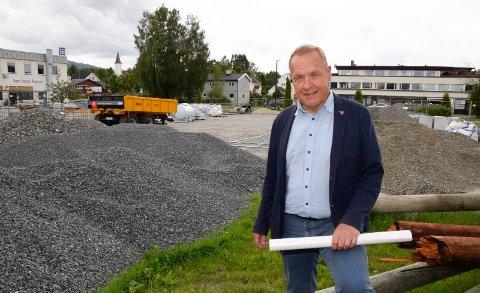 LAGRING: Det er ikke utbygging som er i gang ved den gamle rutebilstasjonen. Eiendommen brukes til mellomlagring av materiell til opprustingen av gater i sentrum, men ordfører Lars Magnussen er utålmodig.