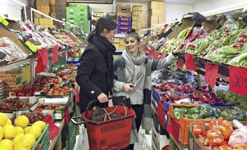SMALLTALK: Trude Berg Hauge i trivelig «smalltalk» med Hanar Mohammed i butikken Krone.