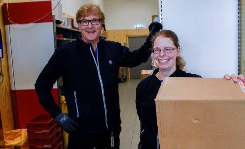 HÅNDTERER PAKKER: Knut Tveter og Tanya Granger på Rema 1000 Eikli har tatt over post i butikk.