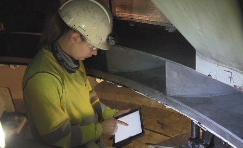 PÅ JOBB: Kine Finnekås er vedlikeholdsoperatør elektro i Hydro Energi Telemark. Hun har for lengst tatt det nye verktøyet i bruk.