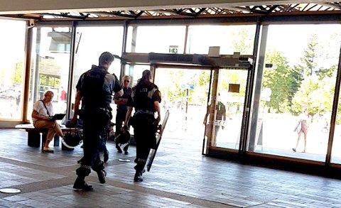 BEVÆPNET: Politiet har rykket ut til Lillestrøm stasjon og bevæpnet seg etter melding om et våpen på toget.