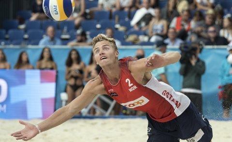 Christian Sandlie Sørum er sammen med makker Anders B. Mol verdens beste sandvolleyballduo. Det synes foreløpig ikke på bankkontoen til Rælingen-mannen. Foto: AP