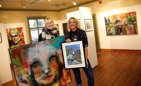 Kari Anne Marstein (t.v) og Ane Egeland med ny utstilling i Galleri Vinkelen på Fetsund lenser.
