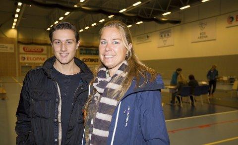SELVSAGT: Ingvild Hansen var aldri i tvil om verken å stemme eller hvem hun skulle stemme på. Sønnen Andreas (17) er med for å skaffe seg erfaring til han selv blir stemmeberettiget.
