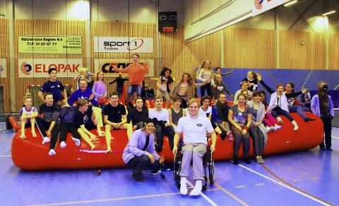 STOR AKTIVITET: Anders Backe og Andreas Bjørnstad med noen av de over 180 som var til stede på Aktiv Fredag i ROS Arena.