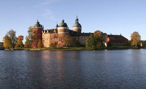 Gripsholm Slott:Slottet ble grunnlagt av Gustav Vasa i 1537. Slottet inneholder en stor samling møbler og kunsthåndverk fra fire århundrer.  samling møbler og kunsthåndverk fra fire århundrer.