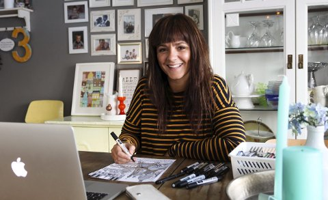 Særegen strek: Elisabeth Ruhe Espegard (32) produserer bytegninger hjemme på stuebordet på Galleberg. Foto: Lena Malnes