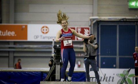 I støtet: Elise Gravningen satte ny personlig rekord innendørs i kule med 12,96 meter i mesterskapet i Finland.Foto: Eirik Førde