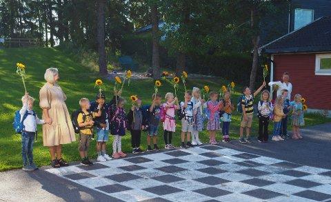 GLADE FØRSTEKLASSINGER:  Alle hilser til foreldrene med solsikkene de har fått. Nå skal skoledagen begynne.