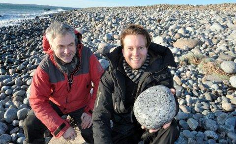 Regiongeolog Sven Dahlgren (t.v.) og Tomas Ramberg fra Gyro AS tok med seg stein fra Mølen til verdensutstillingen i Korea i 2012. I bakgrunnen ser du rullesteinstranda på Mølen.