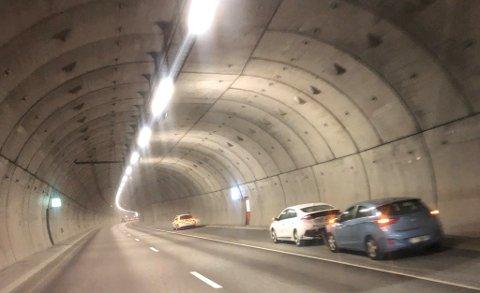 E18: Det skal kun være snakk om materielle skader. Veien er stengt i ett av de nordgående feltene.