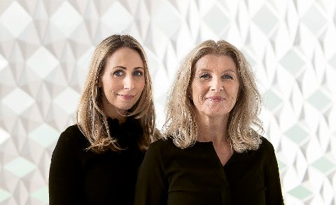 TA GREP: Jorun Sofie F. Aartun (t.v.) har skrevet boka «Penga og livet – ta grep om egen økonomi» sammen med sin kollega i Dagens Næringsliv, Anita Hoemsnes.