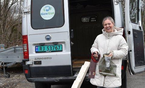 PRAKTISK ARBEID: Mari Bonden i NewUse så at det var vanskelig å holde kurskvelder som skulle vært på verkstedet digitalt. - Nå kjører vi rundt med verktøy og materialer, slik at ungdommene kan jobbe praktisk med det de lærer digitalt, sier hun. FOTO: Vibeke Bjerkaas