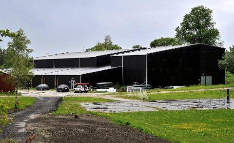FOR LITEN: Dette er idrettshallen på Kalnes i dag. Den er alt for liten når skolen bygges ut og det blant annet kommer 180 ekstra idrettselever. Nå foreslår en arbeidsgruppe å bygge friidrettshall og håndballhall til nesten 200 millioner kroner.