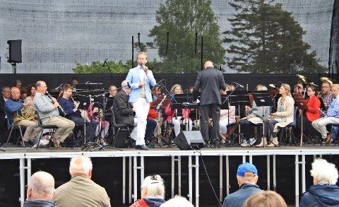 SOMMERKONSERT: Sarpsborg Janitsjarkorps hadde i år med Erik-Andrè Hvidsten som sanger og konferansier.
