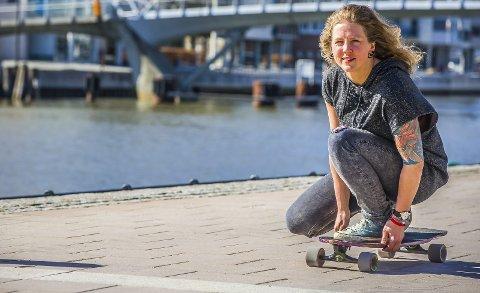 BRETT OG VANN: Pia Ve Dahlen (31) med to av sine favoritter: Brett, her representert ved skateboard, og vann, her representert ved Glomma. 2 3  4 PÅ JOBB I SKJEBERG: Pia var selvsagt til stede da en død hval skulle hentes opp fra fjæra i Høysand 6. april i år.