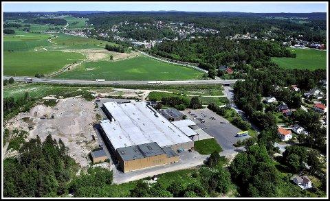 Fra 1844: Løen, som er navnet på industribygningen i fotkant av bildet, er en bestemt form av Lunden. Det er første gang kjent fra 1884.