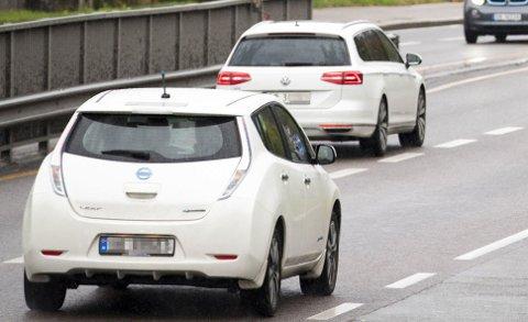 En EU-regel fra 2012 gjør at baklyktene ikke behøver å være tent når bilen har på kjørelys. Dette er for å spare drivstoff.