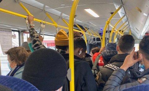 Slik så det nylig ut på bussen fra Ambjørnrød etter at den hadde passert Frederik II videregående skole. Nå skal samferdselspolitikerne i Viken ha et ekstraordinært møte der de diskuterer hvordan smittevernsutfordringene kan løses.