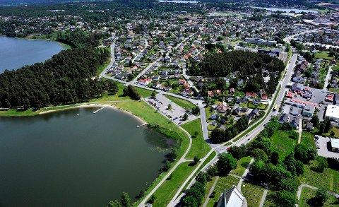 Flyfoto over Tunevannet, Landeparken, Lande, Valaskjold, Sarpsborgveien, Prestegårdstangen.