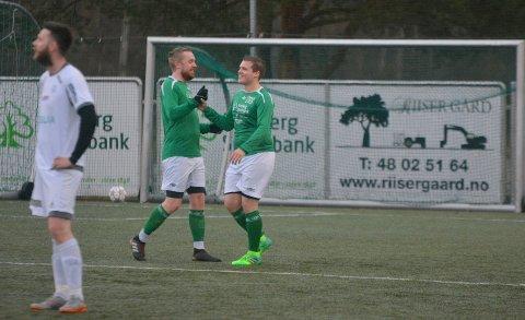 ANDRE MÅLET: Kenneth Aastrøm (til høyre) satte inn 2-0 målet. Her gratuleres han av Marius Nordli.