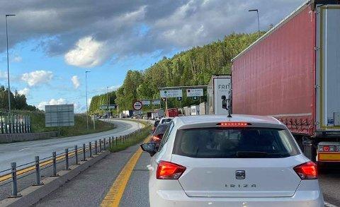 Det sto tidvis helt stille - køen av biler som er på vei inn til Norge på Svinesund, mandag ettermiddag og kveld.
