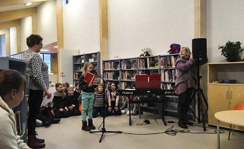 UNDERHOLDT: 2.-klassingene fra Seljord skule leste eventyr og sang for barnehagebarn.foto: privat