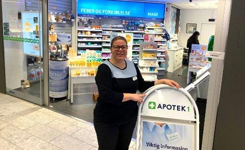 SMITTEVERNTILTAK: Birgitte Lloyd ved Apotek 1 på Down Town.