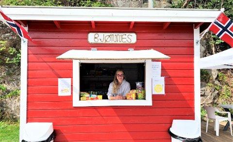 STORTRIVES: Mira (14) bruker store deler av sommeren sin i kiosken på Bjønnes og stortrives med jobben.