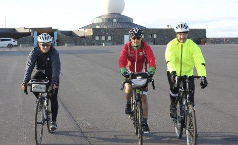 Starten: 3. juli startet Thomas Schia, Petter Løe og Bjørn Carlsen sin Norge på langs-sykkeltur i strålende sol. Tre uker og 2720 kilometer senere ankommer de i dag Lindesnes. alle foto: Privat