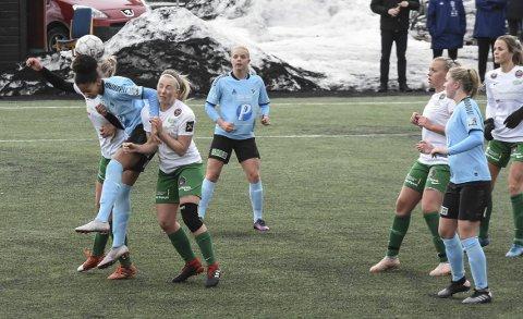 KAMP: Jorunn Hellekås fikk 90 minutter som back mot Fløya. Nykommeren fra Skarphedin taklet den oppgaven greit.