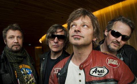 FØRST UTE: DumDum Boys runder av bluesfredagen i Hovigs Hangar – og dette var også den første konserten det ble lagt enkeltbilletter til. Bandet har holdt det gående siden 1979 – da under navnet Wannskrækk. De har gang på gang tatt plass i den norske folkesjela med en rekke låter. Allsang venter. (Foto: Fredrik Varfjell / NTB scanpix)