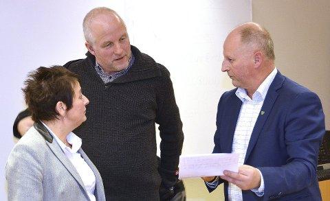 UT OG INN: Surnadalsordfører Lilly Gunn Nyheim, halsaordføer Ola Rognskog og surnadalsrådmann Knut Haugen oppløser noen samarbeid, mens andre blir reetablert både med og uten Halsa/Heim.