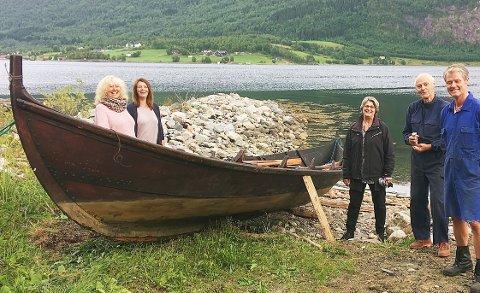 «Fosnabåten», bygd av legendariske Ole A. Reiten, høyrde til her på Heggem frå 1878 til rundt 1950. Eigar i dag er Åsmund Tømmervåg, men låner den no ut. Inger Lise Heggem (frå venstre), Nora Bøe, Randi Bøe, John Heggem og Nonnon Heggem har tru på at den flotte geitbåten med fem roarar skal hamle opp med konkurrentane på Fjorddagen.