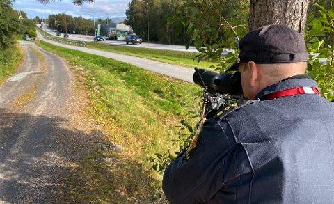 Svein Magne Malmedal fra UP-patruljen som har base i Molde, bemannet kikkerten mandag.