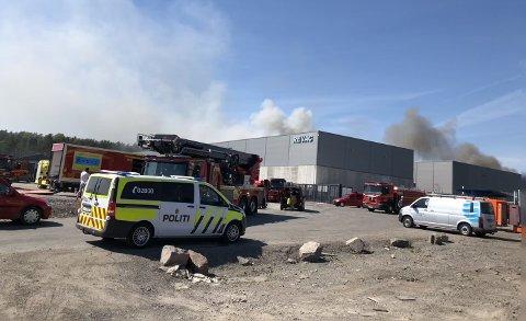 MANGE ETATER: Både brann, politi, helse, sivilforsvaret, kommune og en rekke andre var involvert i arbeidet med å få slukket brannen på Revac og også ta vare på berørte innbyggere.